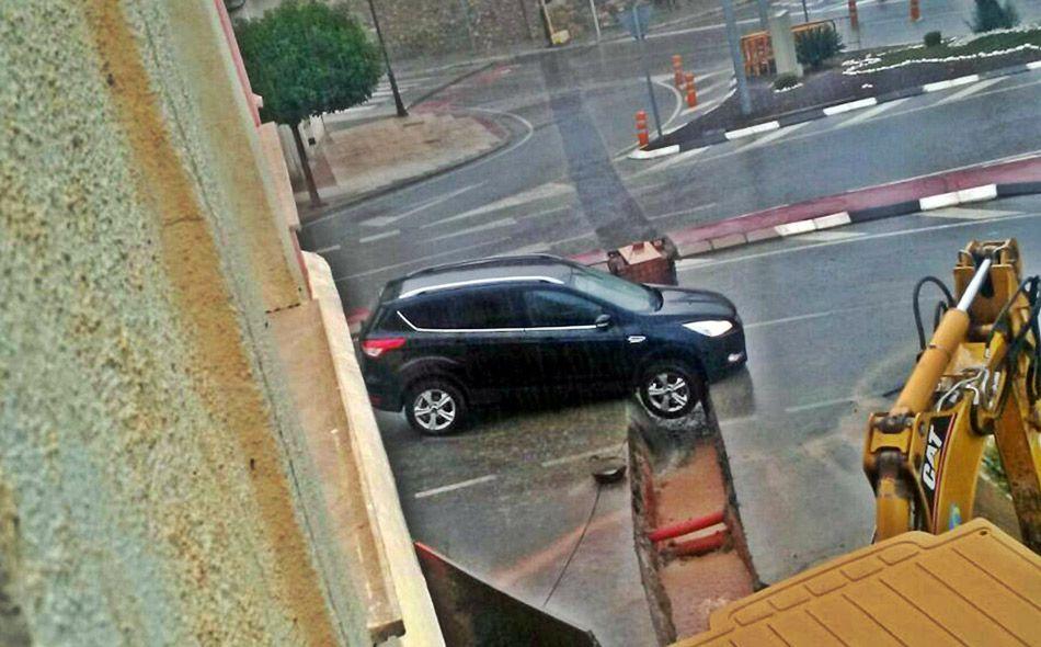 Un coche cae en una zanja
