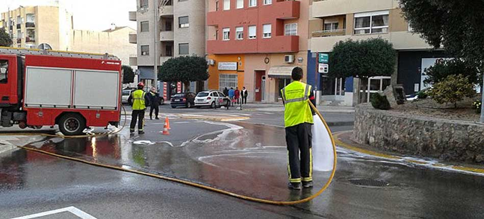 Los bomberos retiran una mancha de grasa