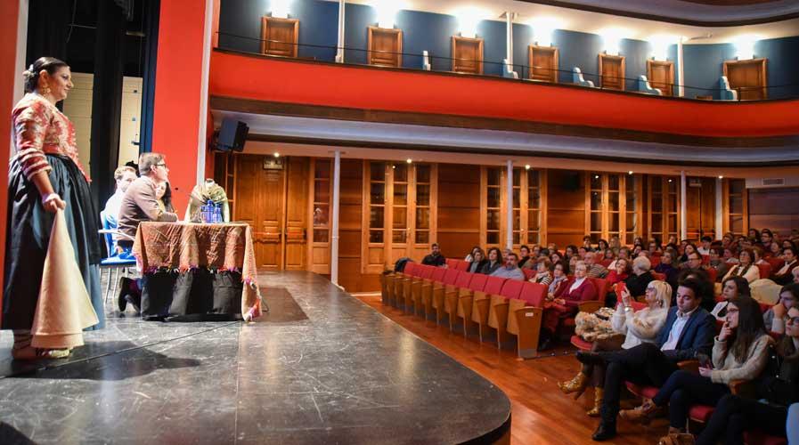 La Historia del traje de segorbina es tratada en una charla en el Teatro Serrano de Segorbe, donde también se pudo ver una exposición de indumentaria