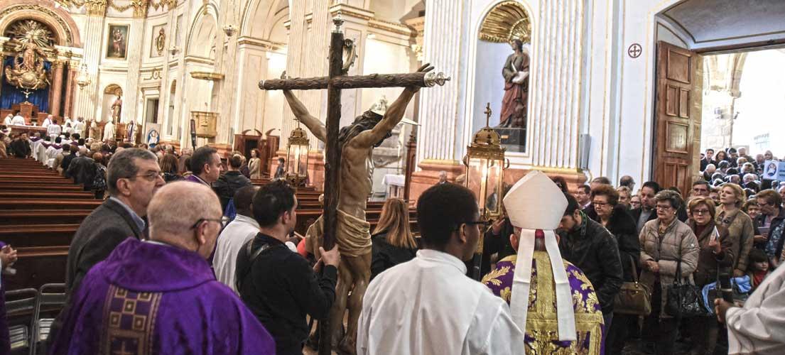 Más de mil fieles cruzan la puerta de La Misericordia