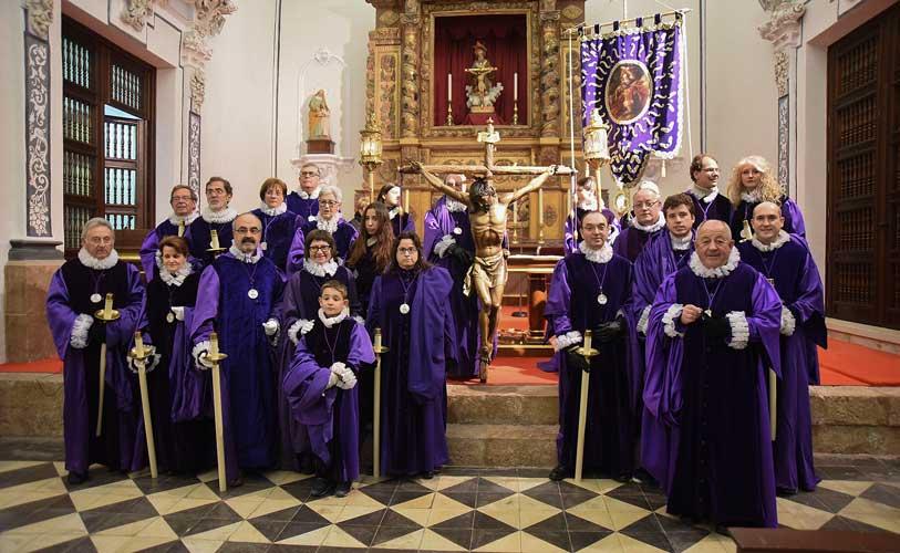 Cofrades en la Iglesia de Santa Ana. Foto:J.P.