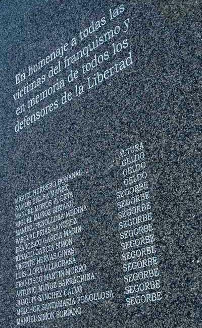 Un cambio de lápida reduce de 19 a 15 los muertos de la guerra