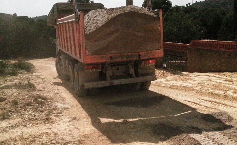 El Ayuntamiento con ayuda de la Diputación Provincial lleva a cabo el Arreglo de caminos en Segorbe. Se actúa sobre 4 caminos agrícolas...