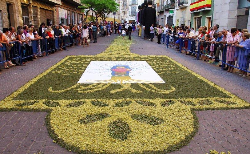 Los segorbinos salen a la calle para ver el desfile y el Baile de Gigantes y Cabezudos en la víspera del Corpus Chirsti ...