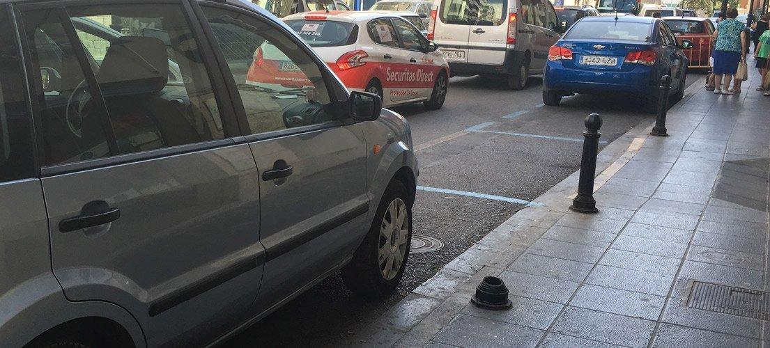 Rompen farolas y bolardos al aparcar los coches