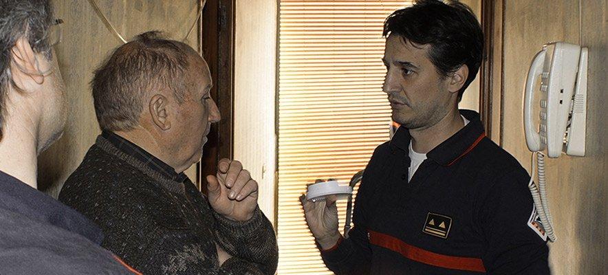Instalan detectores de humo en casas de ancianos