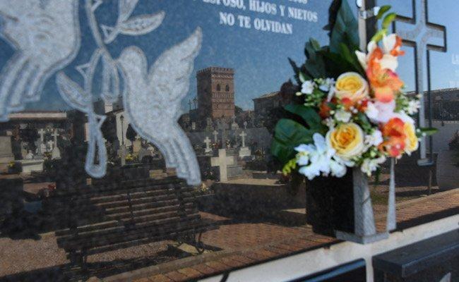 Miles de vecinos acuden a los cementerios