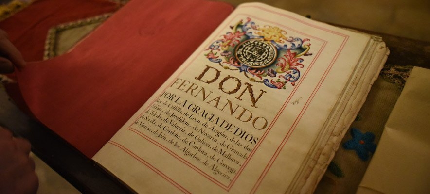 Institución Seo dona a la Catedral un manuscrito del XVIII