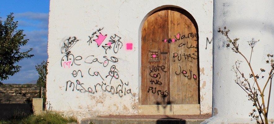 Altura amanece con una ermita plagada de graffitis