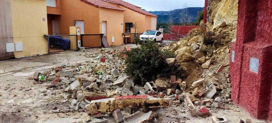 Cae un muro de contención en Torás