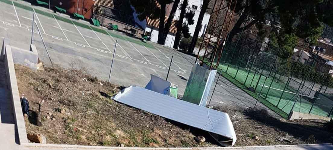 El viento destecha el polideportivo de Navajas