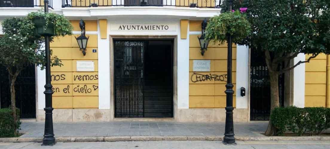 Graffitis insultantes en el Ayuntamiento de Segorbe