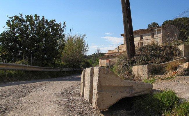 ambos caminos fueron cortados al tráfico hace cuatro meses y medio por el Ayuntamiento de Segorbe después de declarar en ruinas la antigua edificación, y