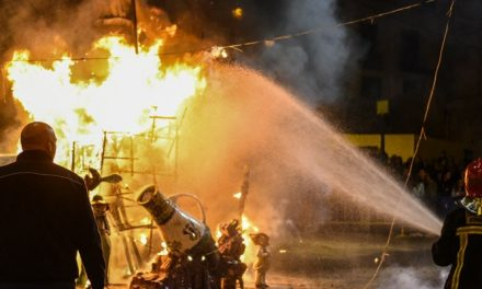 La Falla plaza del Almudín quemó su monumento