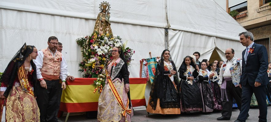 Multitudinaria ofrenda de la Falla plaza del Almudín