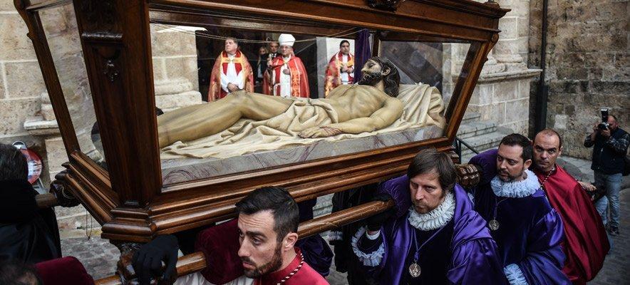 Devoción en la procesión del Santo Entierro