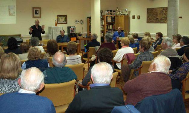 Numeroso público en la presentación de «El Jardín de Cartón»