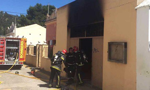 Un incendio calcina el almacén municipal de Navajas