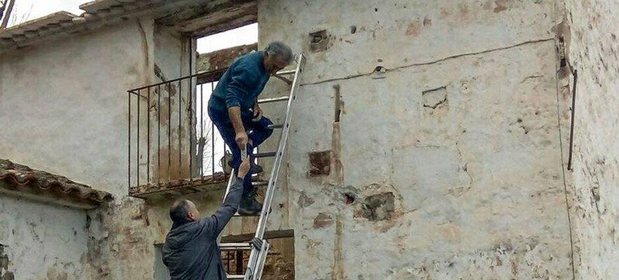 Vecinos de Navajas reponen los azulejos robados del Molino