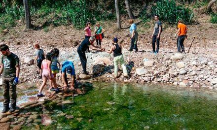 Voluntarios de Cárrica limpian el río Chico