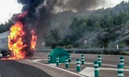 Desvían el tráfico de la A-23 por el incendio de un camión