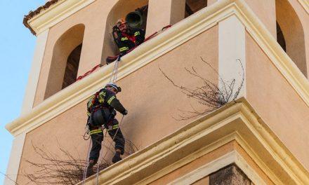 Los bomberos actúan en el campanario de Santa María
