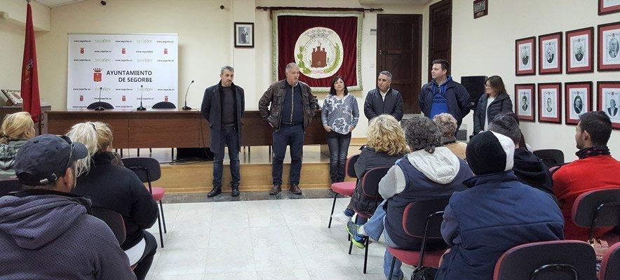 Una veintena de desempleados empieza a limpiar el Argén