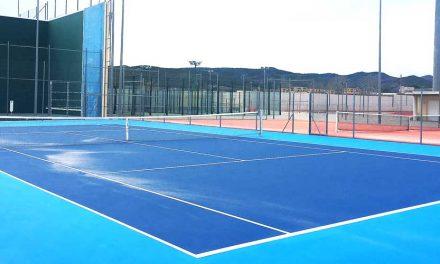 La pista de tenis de la Ciudad Deportiva pasa del verde al azul