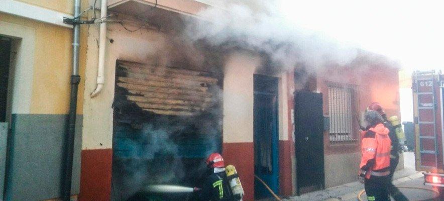 Un incendio en Navajas obliga a desalojar a una mujer