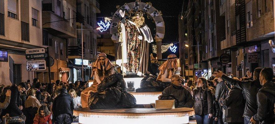 Los Reyes Magos inundan de regalos las casas