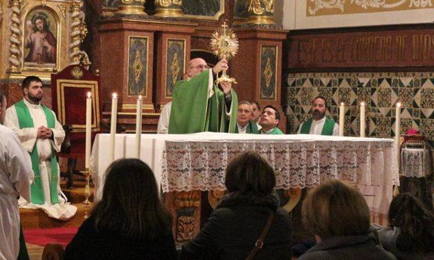 Doce sacerdotes reponen la Hostia consagrada robada en Caudiel