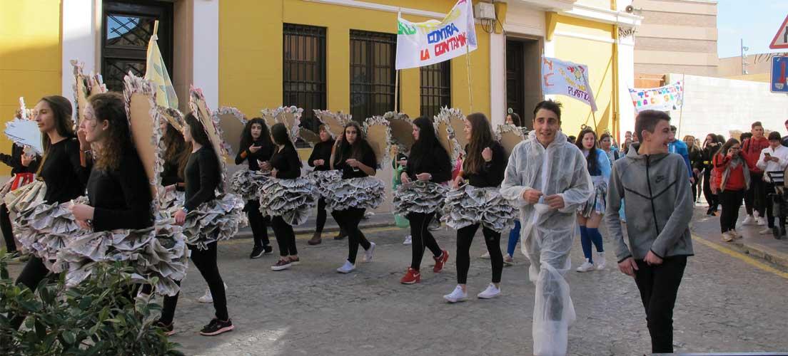 Alumnos del Ies Cueva Santa hacen un desfile de Carnaval