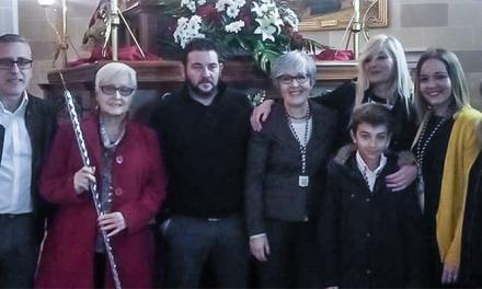 © La Clavaria de La Verónica regala unos cordones para el Cristo