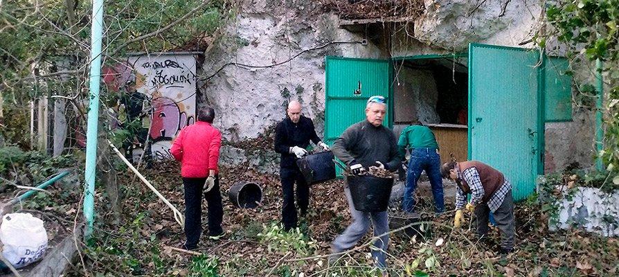 Los asociados de «Diseña tu río» limpian el merendero de Navajas
