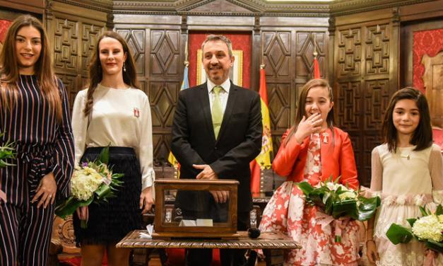 Ofrecen un homenaje a las Reinas y Cortes salientes