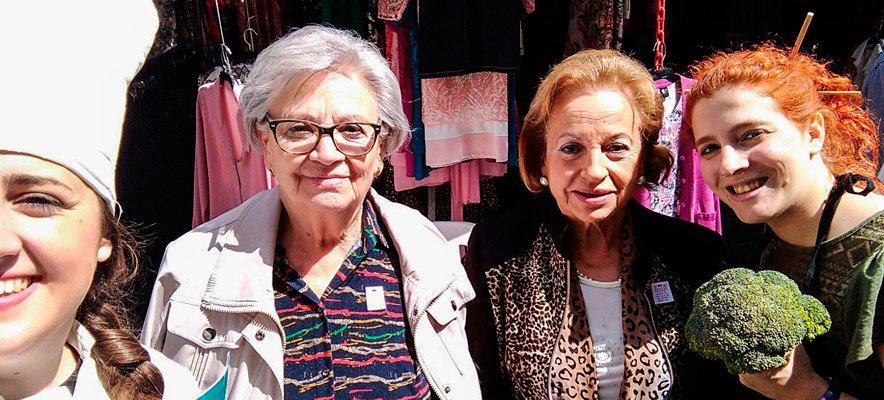 Dos personajes de Conexión Premiun visitaron el Mercado del Jueves