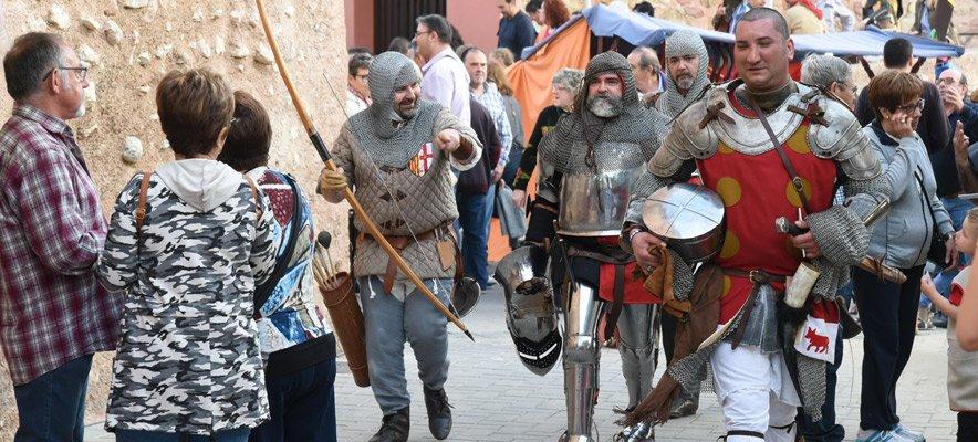 Un desfile de época abre el Mercado Medieval de Segorbe
