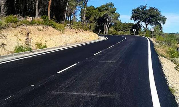 Consellería de Vivienda repinta la carretera de la Cueva Santa