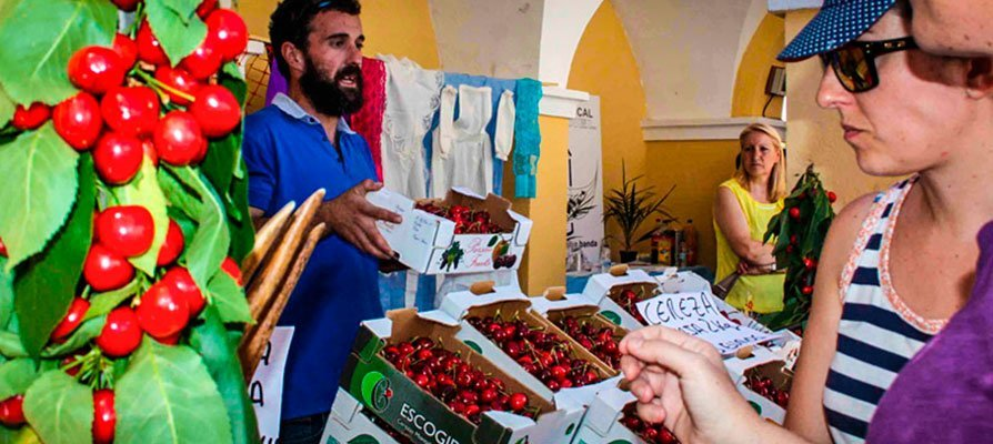 Caudiel obsequia cerezas y olla a los visitantes de la Feria de la Cereza