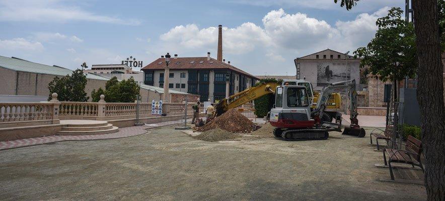 Los trabajadores de 2020 canalizan las tuberías de la caldera de biomasa
