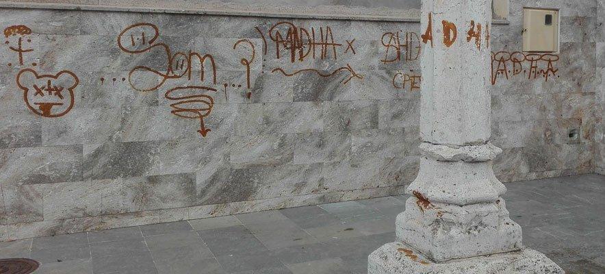 El Ayuntamiento no decide lo que hacer para limpiar los graffitis del Botánico