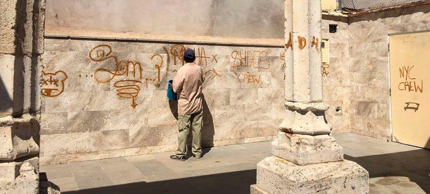 Operarios de la Brigada Municipal limpian los graffitis del Botánico Pau