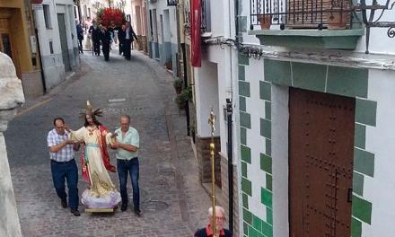 El Sagrado Corazón golpea a un vecino al caer de su peana en Jérica