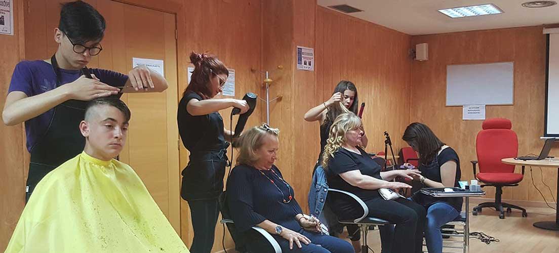 Los alumnos del taller de peluquería finalizan su aprendizaje con una exhibición