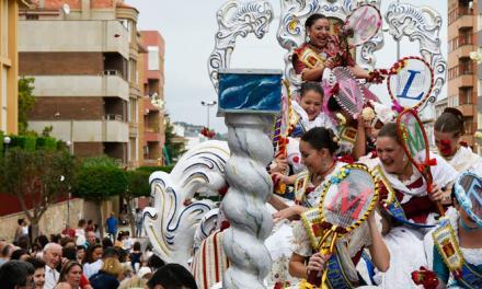Las Reinas y su corte ofrecen flores a la Virgen del Loreto