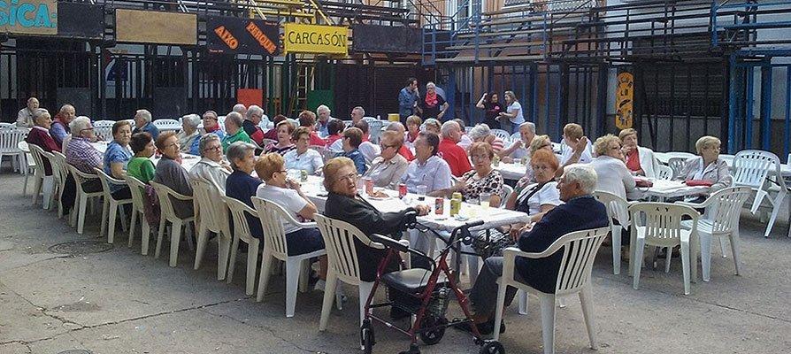 Manifestación de los jubilados de Navajas por la reapertura del bar