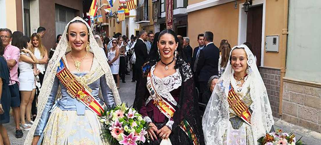 Las falleras de Valencia acuden a las «Fiestas de Verano» de Navajas