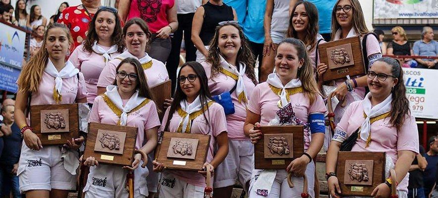 Las chicas de la Comisión de Toros son aplaudidas en Altura