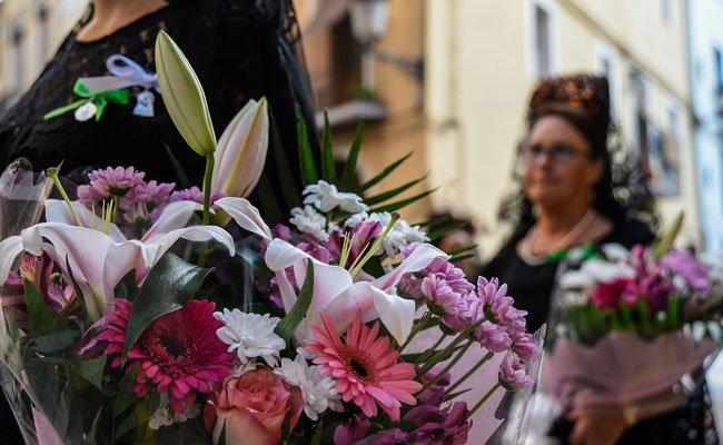 Cientos de segorbinos llevan ramos de flores a la Cueva Santa