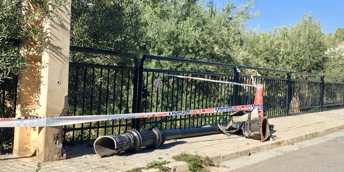 Un vehículo derriba una farola de la calle Altura